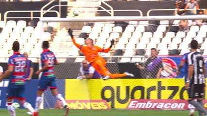 Chegou a vez do Botafogo! Erik cabeceia no ângulo, mas o goleiro do Fortaleza faz a defesa, aos 19' do 1 tempo