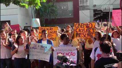 Alunos de institutos federais afetados por corte de verbas do MEC fazem protesto no RJ