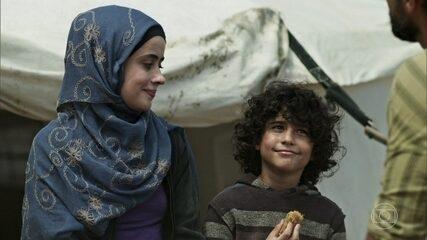 Hussein convida Samira e Ahmed para ir com ele para a Europa