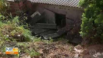 Barreira cai por causa de chuva e atinge casa no Ibura