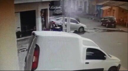 Mulher é arremessada contra parede após ser atropelada por carro de ré em Arapiraca