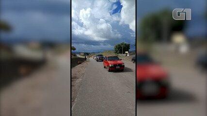 Veículos e caminhões atravessam da Venezuela para o Brasil após abertura da fronteira