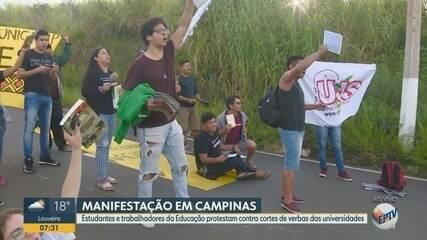 Estudantes protestam contra bloqueio de recursos na educação