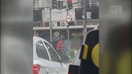 Homem é preso após chacoalhar poste e destruir semáforo em Santos, SP