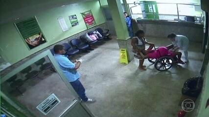 Grávida tem bebê em cadeira de rodas na recepção de maternidade enquanto médico filma