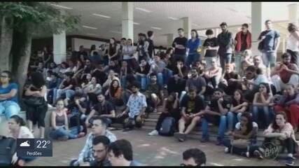 Estudantes de Lavras e Alfenas protestam contra o bloqueio de verbas na Educação
