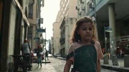 Raquel presencia a mãe Ariane ser atingida por explosão de prédio durante discussão