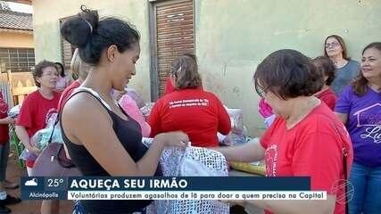 Voluntárias confeccionam agasalhos de lã para doação em Campo Grande