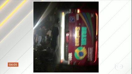 Grave acidente com ônibus de turismo deixa pelo menos 10 mortos em São Paulo