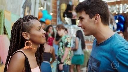 Tiago observa Jaqueline com Daniel