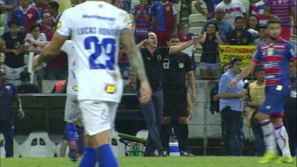 Rogério Ceni comemora muito a vitória do Fortaleza, após o apito final