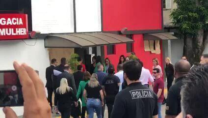 Neymar chega de muletas à Delegacia de Defesa da Mulher em São Paulo