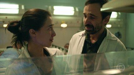 Carolina conta para Evandro que está grávida