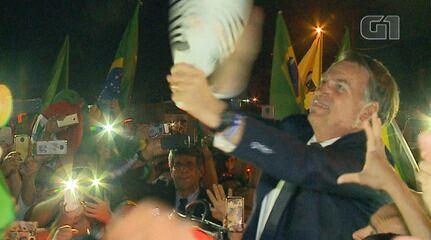 Durante visita a Santa Maria, Bolsonaro estapeia boneco 'Pixuleco'