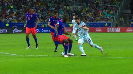Messi invade a área, dá caneta, mas Barrios bloqueia a passagem