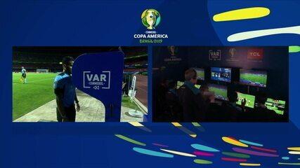 Árbitro consulta VAR, volta atrás e não marca pênalti para a Colômbia, aos 5' do 2º tempo
