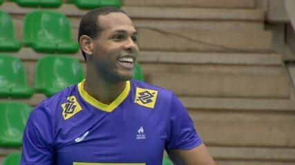 Leal estreia pela seleção de vôlei diante da torcida brasileira contra a Bulgária