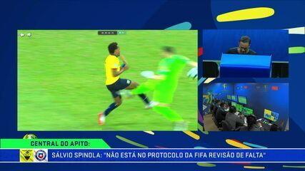 """Sálvio Spinola classificou como """"absurda"""" a atuação do árbitro de vídeo no jogo entre Equador e Chile"""