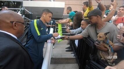 Torcedor entrega carteira de trabalho para Thiago Silva assinar