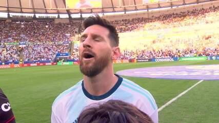 Messi canta o hino e mostra que assumiu papel de lider na seleção argentina