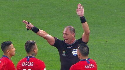 Chile marca, árbitro consulta VAR e anula o gol por impedimento, aos 18' do 1º tempo