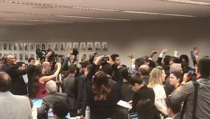 'PSL traiu a polícia do Brasil', gritam manifestantes na comissão da Previdência