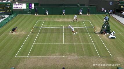 Hurkacz salva uma largadinha de Djokovic e ganha o ponto na rede na sequência