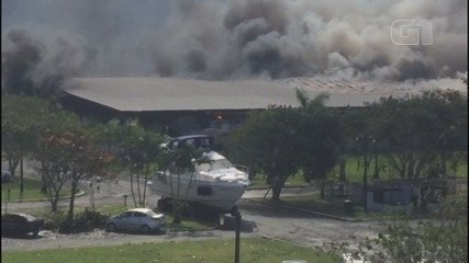 Incêndio destrói marina e embarcações de luxo em Bertioga, SP