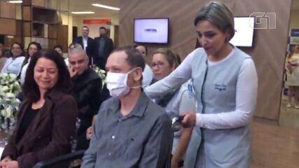 Filho transfere casamento para hospital para que pai internado participasse de cerimônia