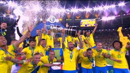 Equipe brasileira recebe medalhas e levanta troféu da Copa América 2019