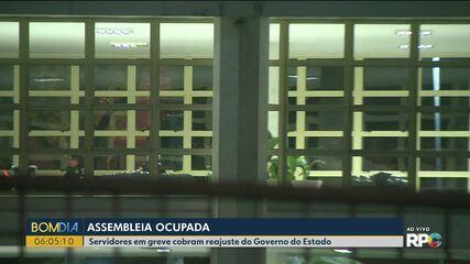 Servidores públicos estaduais ocupam Assembleia Legislativa do Paraná