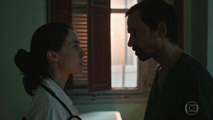 Evandro tem briga feia com Carolina após o cirurgião contrariar ordem dela