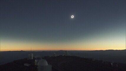 O eclipse solar total visto do deserto do Atacama
