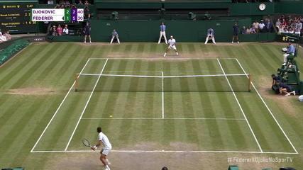Após um longo rali, Federer faz um pontaço no backhand