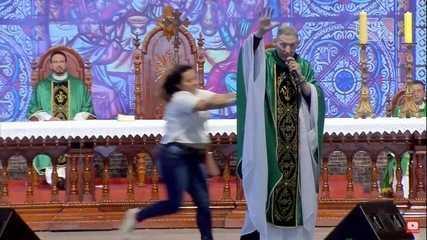 Mulher empurra padre Marcelo Rossi durante missa na Canção Nova