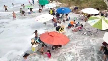 Banhistas ficam assustados com força da maré na Praia do Forte, em Cabo Frio