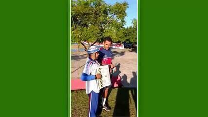 Torcedor do Fortaleza, Kayro Oliveira surpreende jogadores com homenagem