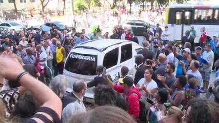 Corpo de Ruth de Souza deixa o Theatro Municipal e segue para o cemitério da Penitência