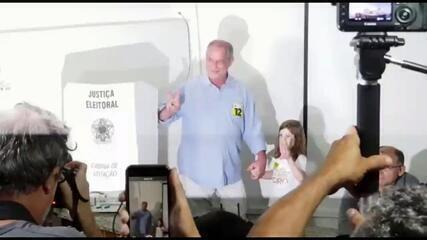 Veja o momento em que o candidato Ciro Gomes vota