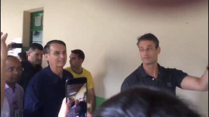 Veja o momento em que o candidato Jair Bolsonaro chega para votar no Rio