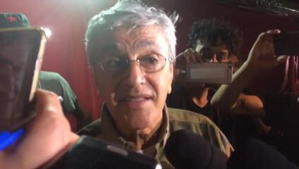 Proibido de cantar no palco, Caetano dá palinha a repórteres
