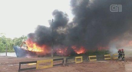 Bombeiros combatem chamas de barco que explodiu no Rio Amazonas, no Amapá