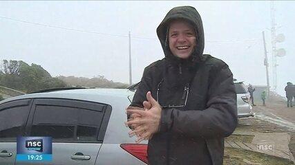 SC registra queda de neve nesta sexta-feira; turistas celebram