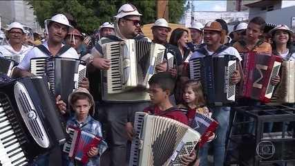 Sanfoneiros prestam homenagem ao Rei do Baião em Petrolina, no sertão de Pernambuco