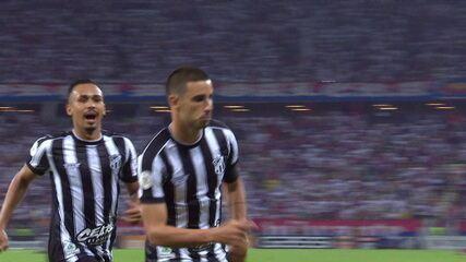 Gol do Ceará! Leandro carvalho bate cruzado e Thiago Galhardo marca, aos 15 do 1º tempo
