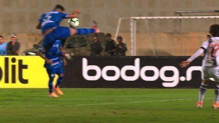 VAR deixa de marcar pênalti para o Vasco e irrita jogadores em campo, aos 40' do 2ºT