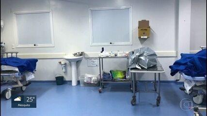 Pacientes internados ficam deitados ao lado de corpos em emergências