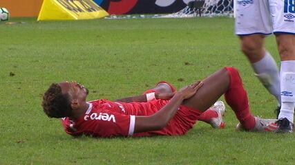Edenílson cai com dores na virilha e deixa o jogo, aos 36' do 2º tempo