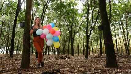 Daiane Fardin mostra a região que abriga árvores seringueiras no Paraná