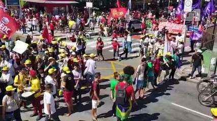 Manifestantes realizam protesto contra cortes na Educação em Fortaleza